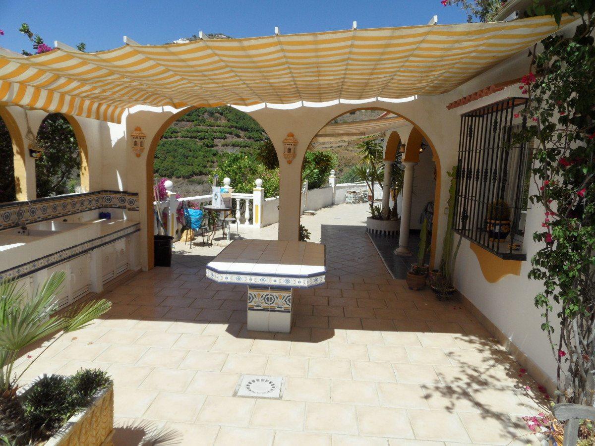 Overdekt terras aan buitenkeuken en bbq vakantiehuis in andalusi for Overdekt terras