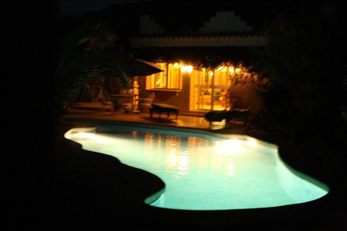 Zwembad verlicht.